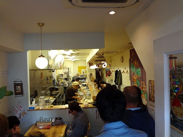 「中華蕎麦 りんすず食堂」の店内です。  店内に入ると、ほっとしますね